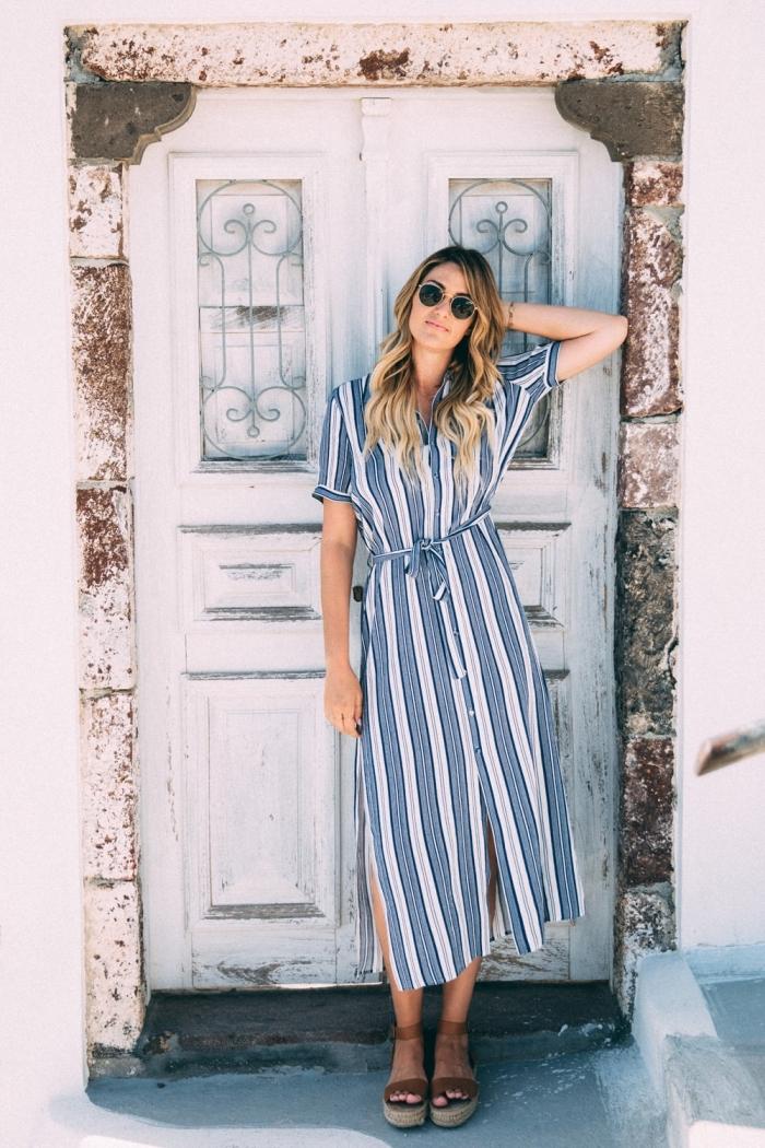 comment s'habiller confortable avec une robe longue à design rayé en bleu clair et blanc, accessoire été lunettes de soleil noires femme