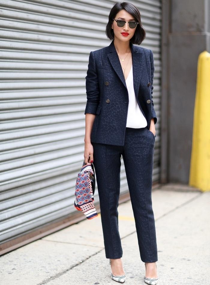 look classy et professionnel en tailler femme chic de couleur bleu foncé avec boutons métalliques et top blanc