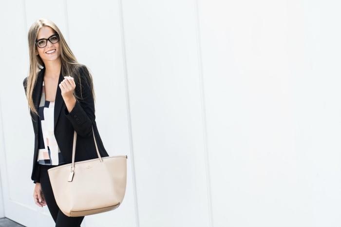 idée pour tenue professionnel de style casual smart en pantalon et blazer noir portés avec chemise blanc et déco en couleurs neutres