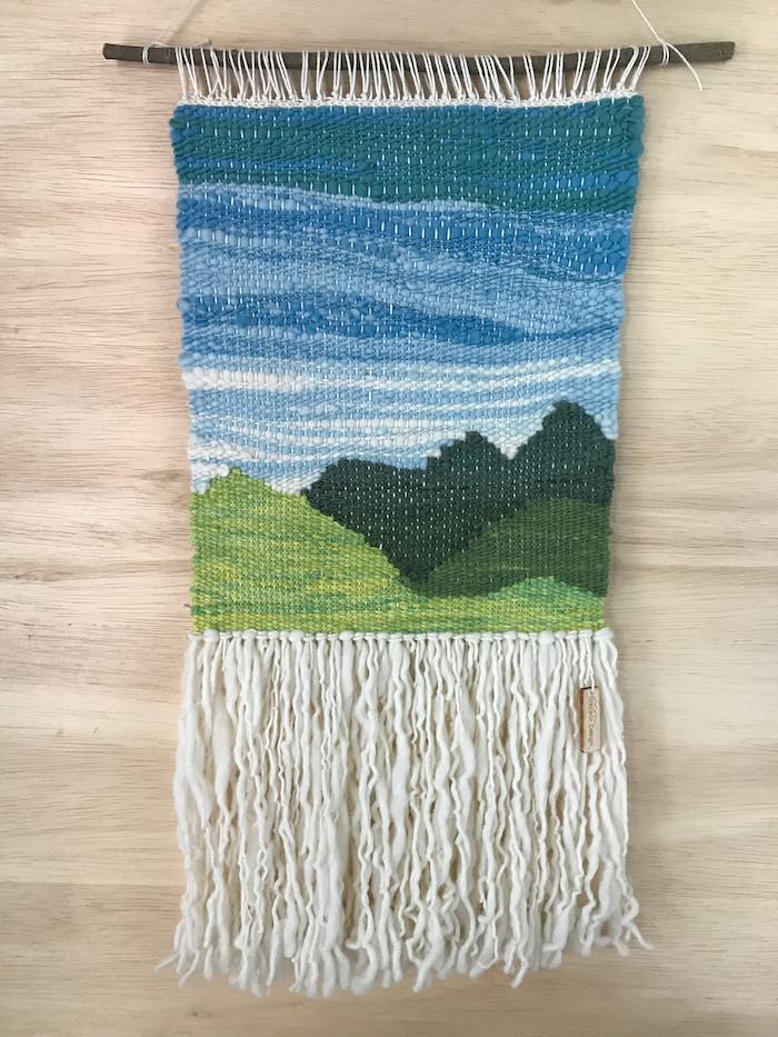 faire du macramé tissé en laine avec broderie paysage montagne vert bleu