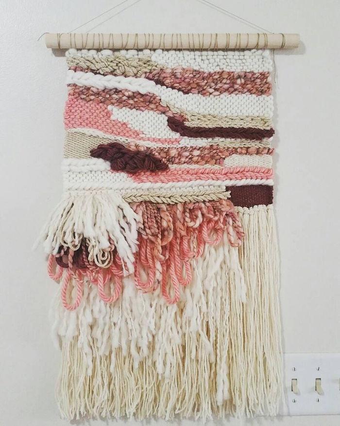 tissage laine mural type macramé en laine tissée beige et rose