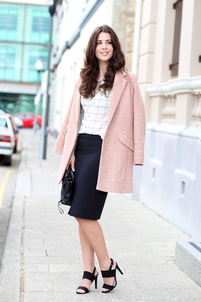 exemple de vêtement de travail professionnel en jupe longueur genoux et chemise blanche combinés avec manteau rose pale