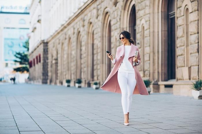 couleurs de vêtements appropriés pour réussir le code vestimentaire au travail, associer le blanc et le rose pour une tenue chic