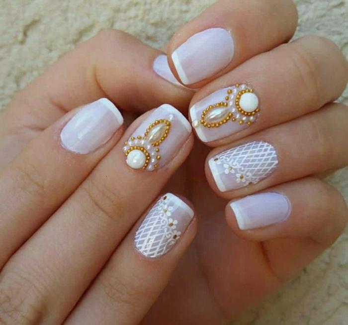deco ongle de mariage, manucure blanche avec bijoux blancs et dorés, design de manucure dentelle