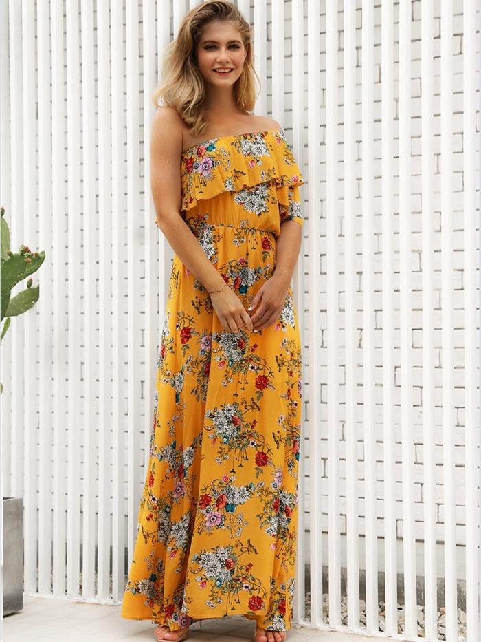 mode femme plage avec une robe bustier asymétrique et design longue de couleur jaune moutarde avec fleurs
