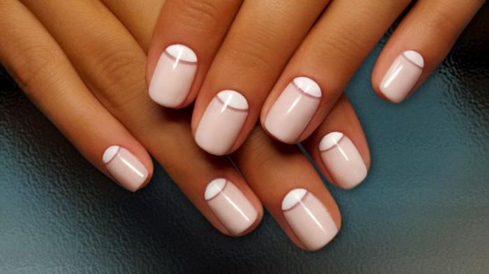 idée déco ongles pour la mariée stylée, manucure demi-lune en blanc et rose