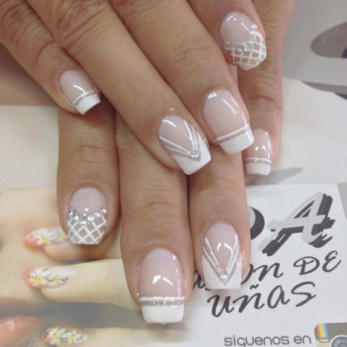 manucure dentelle avec des éléments décoratifs métalliques, comment décorer des ongles pour le mariage