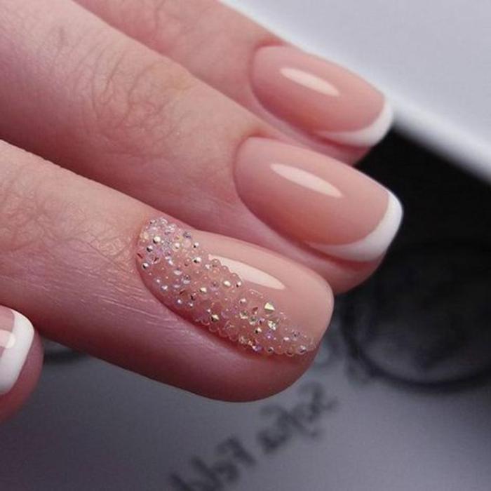 comment décorer ses ongles pour son mariage, strass brillant, vernis à ongles rose