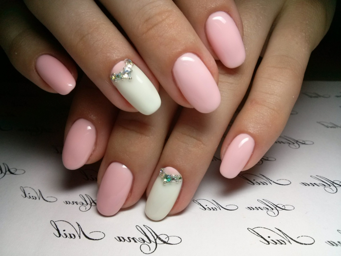ongles opaques, ongle rose pale, ongles en forme ovale avec bijoux brillants