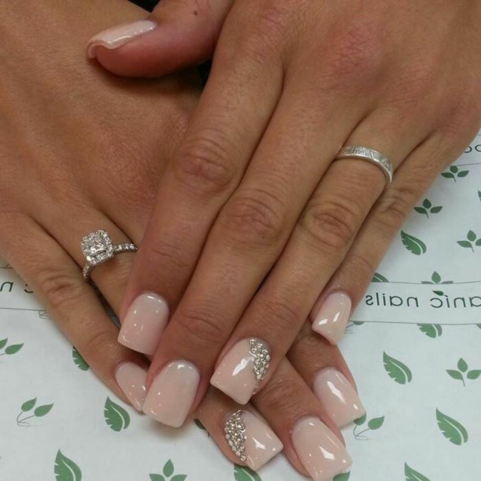 manucure de mariée tendance, ongles chic, strass argenté qui se marie avec la bague de noce