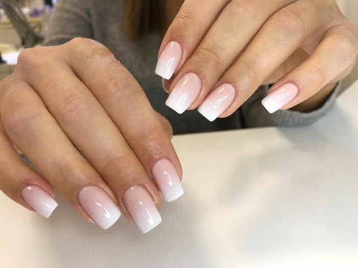 manucure opaque ombré en rose et blanc, ongles carrés, tendances manucure