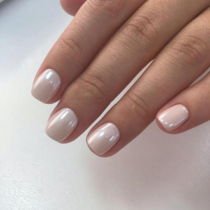 ongles courts et opaques, vernis rose-blanc aux reflets nacrés, ongles de mariée
