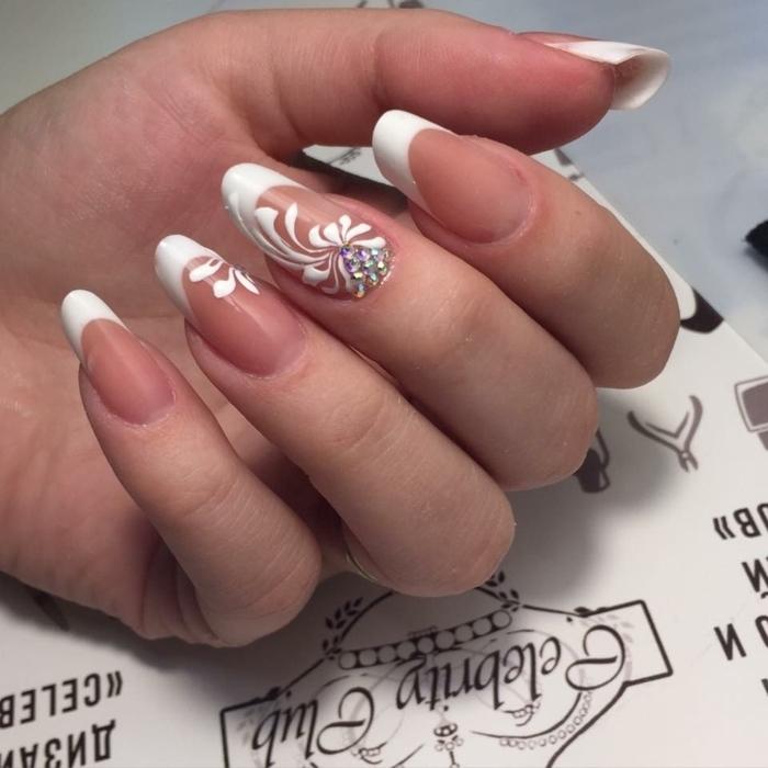 manucure de mariée chic pour ongles longs, dessin de fleurs blanches et strass