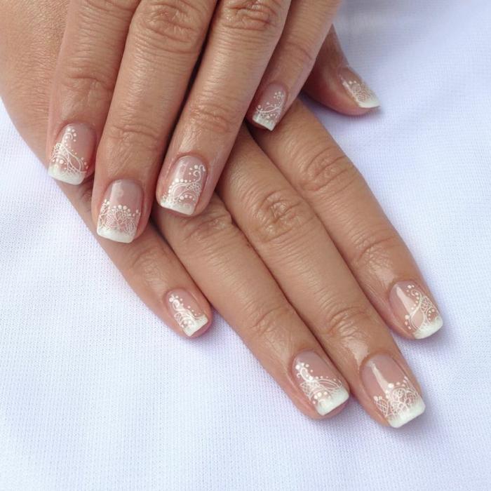 deco ongles blanche, motifs discrets blancs sur des ongles carrés transparents