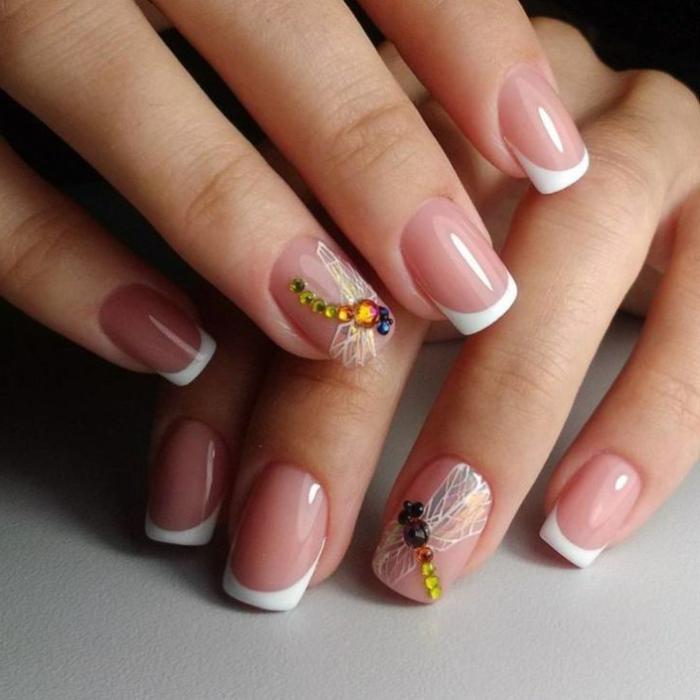 décoration d'ongles libellule, strass en couleurs brillantes, bord des ongles blanc