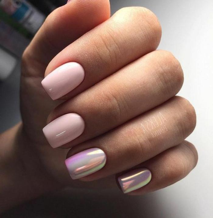 ongle rose pale avec reflets nacrés, manucure holographique, forme des ongles carrée