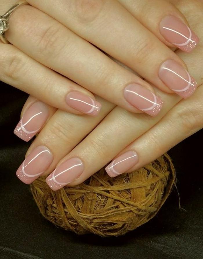 manucure aquarium rose avec un contour blanc sur les bouts pailletés, ongles parfaitement limés