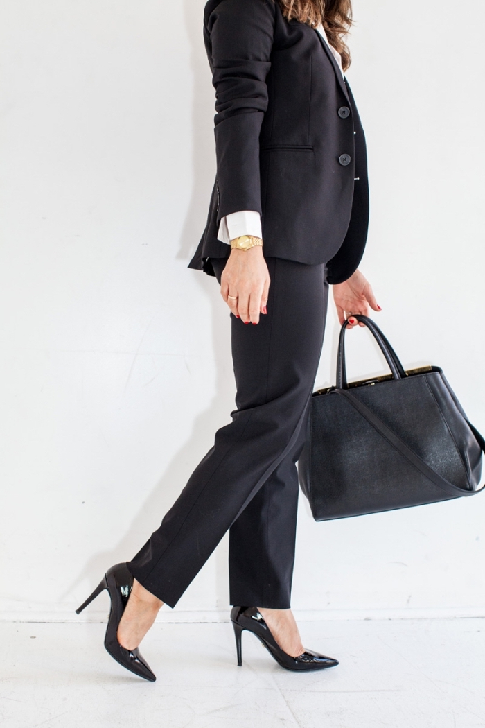 vêtement de travail professionnel avec tailleur noir combiné avec chemise blanche et bijoux en or montre et bague