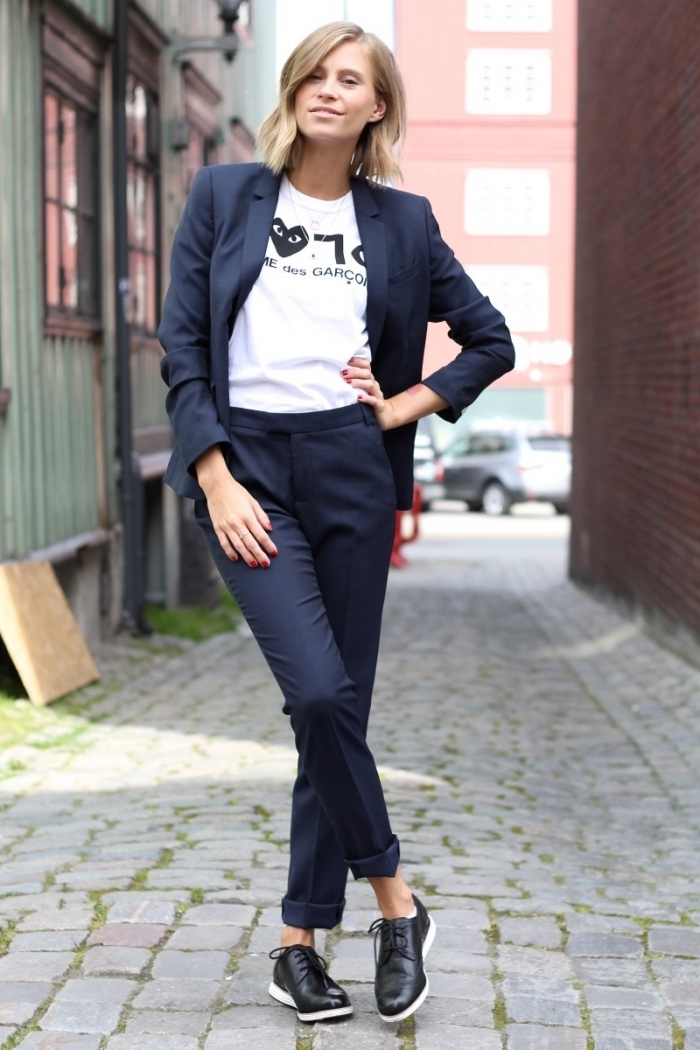 vision de style casual smart pour un entretien, modèle de tailleur chic de couleur bleu foncé combiné avec t-shirt blanc