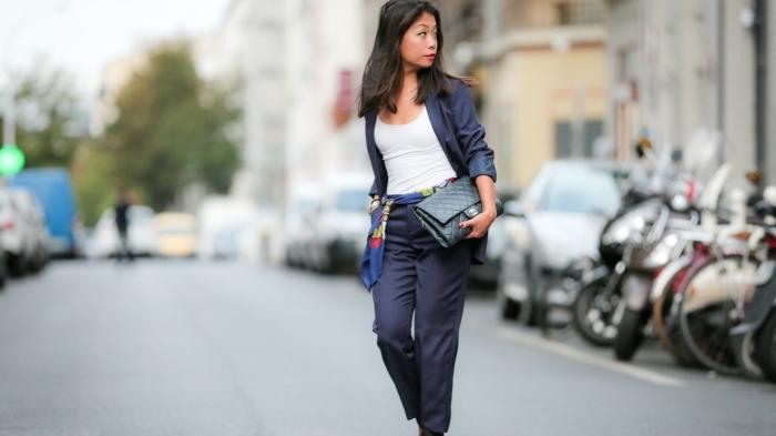 accessoires et vêtements pour tenue entretien d embauche femme en blazer bleu foncé avec écharpe bleu et top blanc