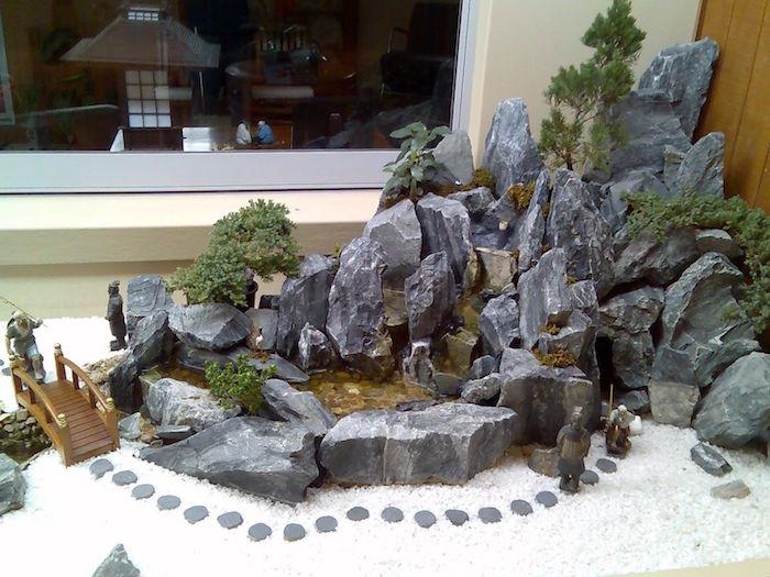 paysage miniature japonais type maquette jardin nippon avec rochers graviers blancs et pont