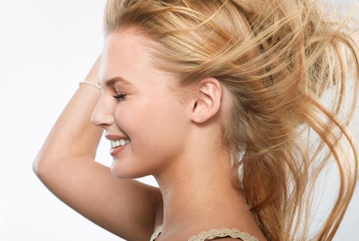 exemple de maquillage naturel aux lèvres marron et coiffure de cheveux longs et raids de nuance blond caramel
