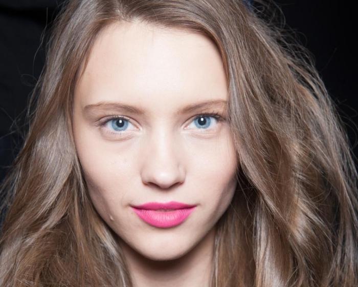idée pour eclaircir cheveux blond, maquillage pour yeux bleus avec fards à paupières nude et mascara noir