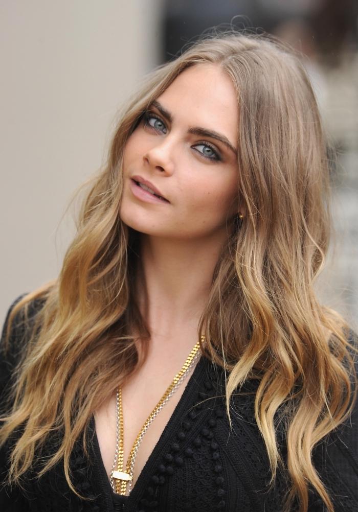 coiffure de cheveux longs avec boucles naturelles, couleur de cheveux châtain clair avec pointes éclaircies caramel