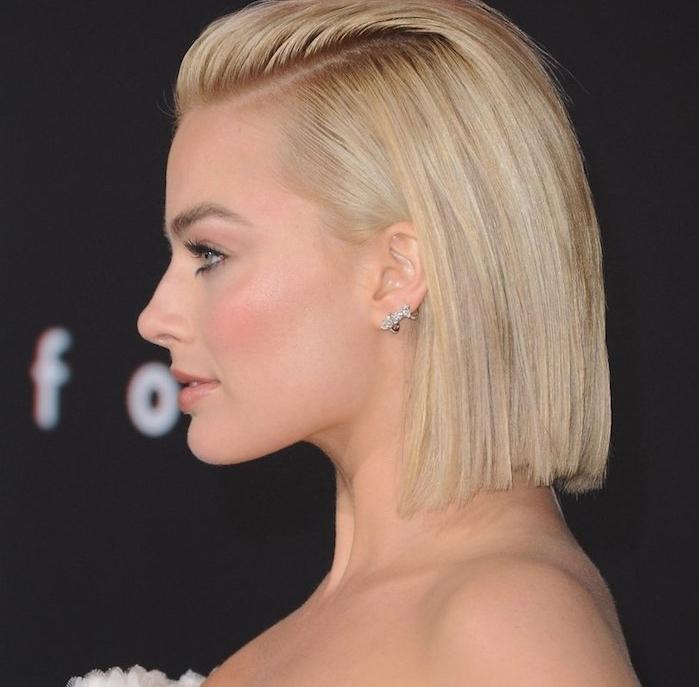 femme cheveux courts blond, carré lisse court cheveux de dessus plaqués en arrière we look, look tapis rouge