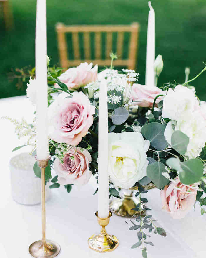 Thème mariage décoration salle de mariage idee deco mariage cool idée belle décoration avec roses et blanches roses