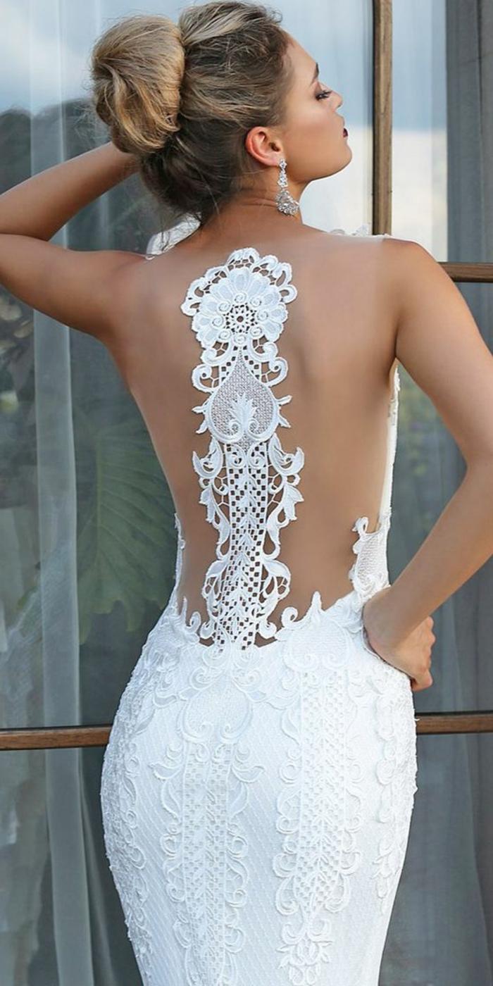 robe de mariée sirène, dos avec une bande de dentelle blanche aux motifs fleurs et arabesques exquises, robe fortement moulante