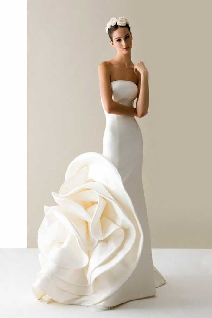 robe sirene mariee, robe de mariée sirène, couleur écru, grande rose latérale droite, grands volants, bustier moulant, grandes roses de tissu blanc en diadème sur la tete