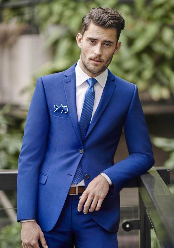 une vision chic en costard mariage bleu roi combinée avec une chemise blanche, une cravate en soi de la même nuance et un mouchoir à bord blanc