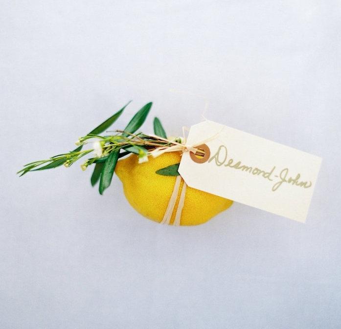 porte nom de table en citron jaune avec feuillage et une étiquette attaché, deco mariage a faire soi meme facilement