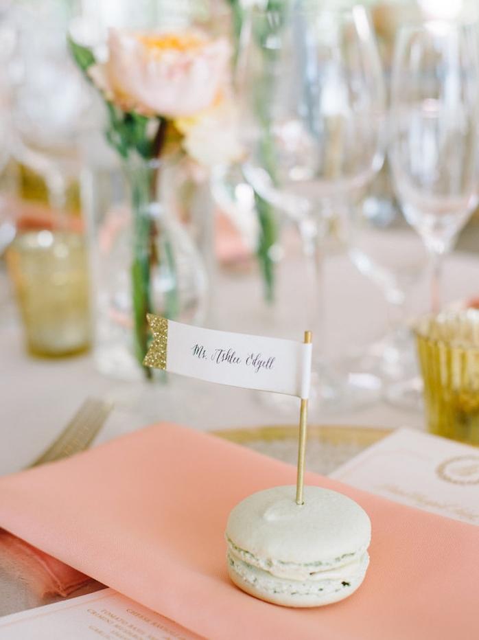 marque place a faire soi meme gourmande en macaron et etiquette porte nom pailleté, decoration de mariage champetre