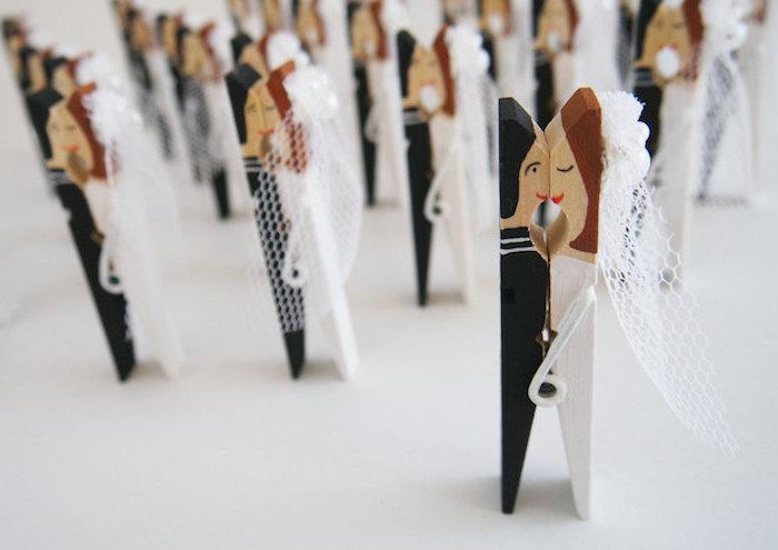 exemple de deco de table mariage en pince à linge noir et blanc marié et mariée qui s embrassent