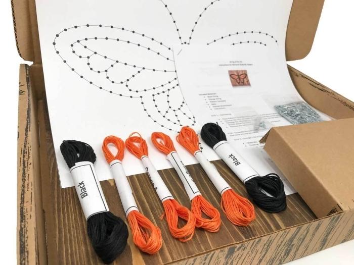 exemple de kit pour fabriquer une création en fil de forme papillon, exemple d'activité manuelle facile avec fil à coudre