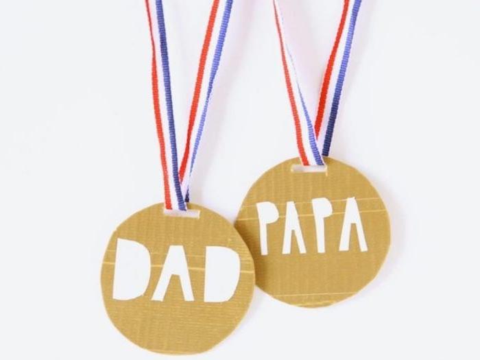 imitation médaille en carton rond avec suspension bleu, rouge et blanc et inscription papa maman en lettres blanches collées