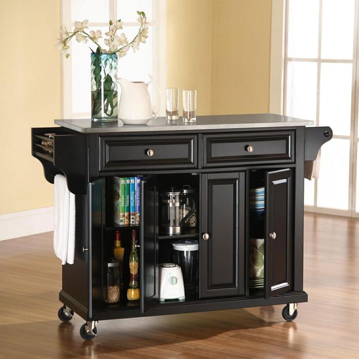meuble noir, meuble angle cuisine, rangement tiroir, idée rangement cuisine, meuble a roulettes, amenagement de placard, sol avec parquet en nuances marrons et noires