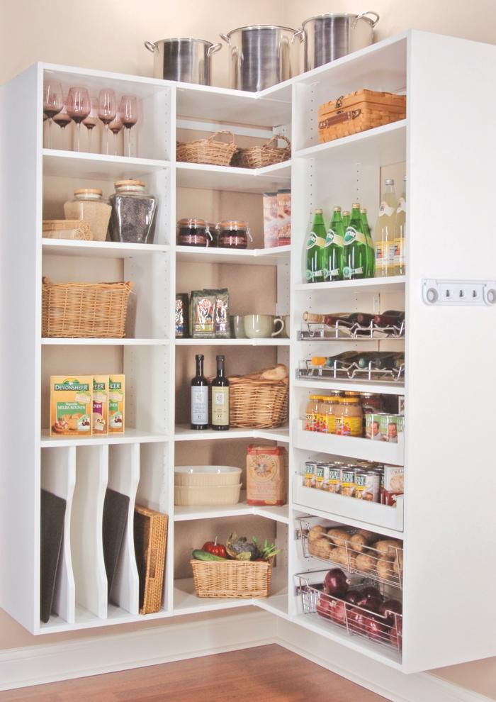 idée rangement cuisine, amenagement placard cuisine, tiroir de rangement, meuble de rangement cuisine, grand meuble angle cuisine en blanc, avec des multiples étagères