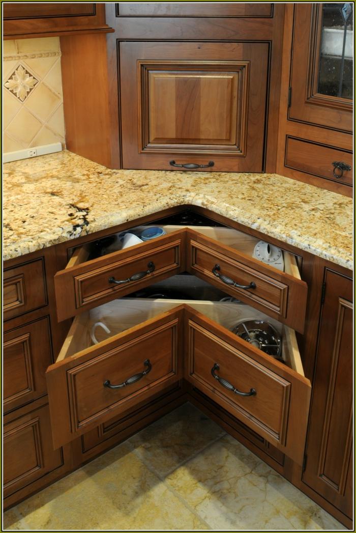 rangement placard cuisine, amenagement interieur, meuble angle cuisine, sol recouvert de carrelage imitation parquet en nuances jaunes