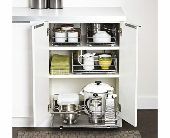 rangement coulissant cuisine, idée rangement cuisine, amenagement interieur avec meuble en blanc muni d'étagères en métal coulissantes