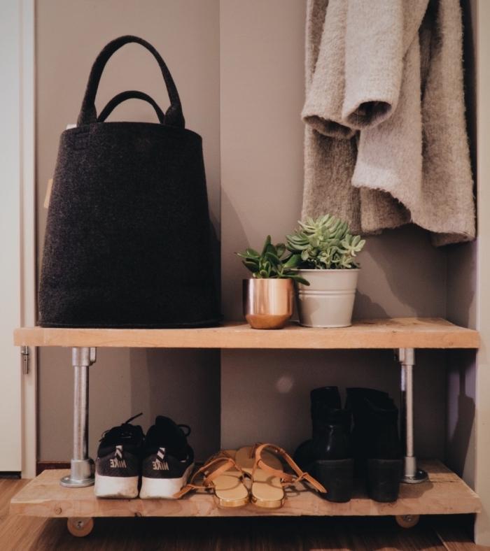 petit meuble chaussure de style industriel qui permet de ranger ses chaussures préférées sans prendre trop de place dans l'entrée