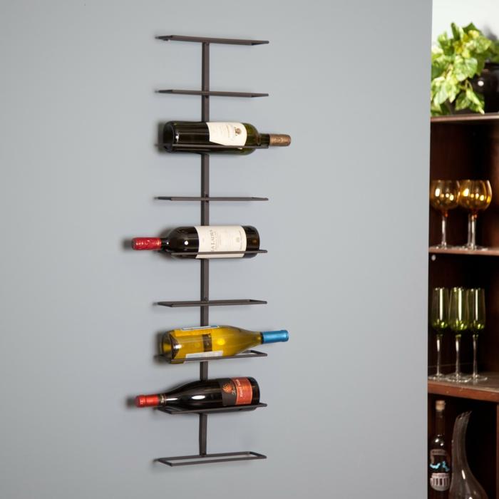 meuble cuisine rangement, idée rangement cuisine, étagères pour les bouteilles de vin en métal noir, mur en perle pastel, bouteilles de vin