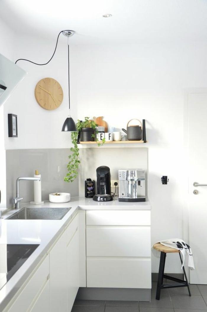 idée rangement cuisine, meuble angle cuisine, etagere cuisine en bois clair, carrelage noir brillant, tabouret rond en bois clair, meuble lavabo, fourneaux intégrés