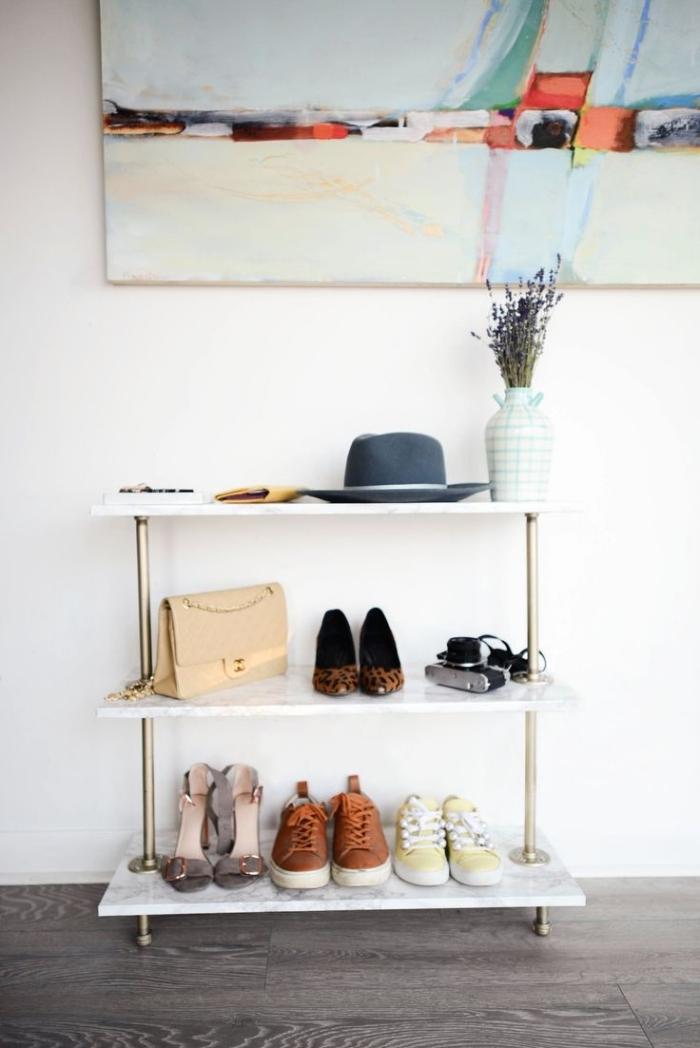 un meuble pour chaussures et accessoires très tendance avec ses étagères effet marbre, idée d'améngament d'une petite entrée moderne