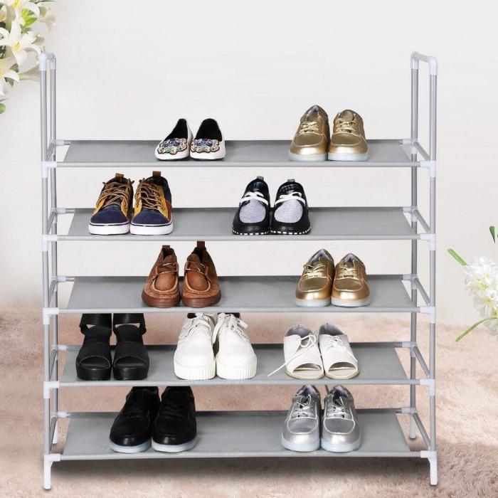 une etagere chaussure fonctionnelle à cinq au design très épuré et discret idéal pour ranger ses paires de chaussures du quotidien