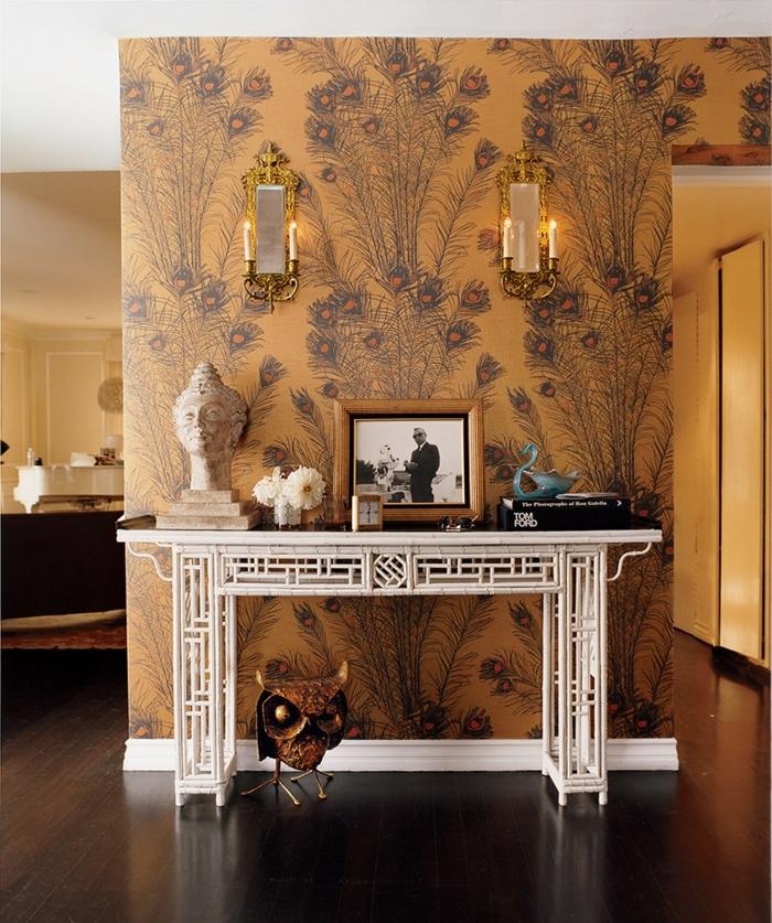 meuble entrée couloir blanc, hibou en cuivre, papier peint plumes de paon, appliques avec bougies, statuette orientale