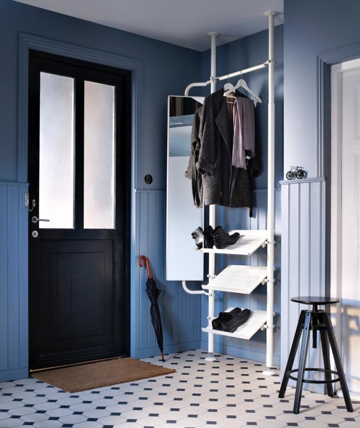 ikea meuble chaussure minimaliste avec penderie, range-chaussures et miroir, idéal pour l'aménagement fonctionnel d'une petite entrée