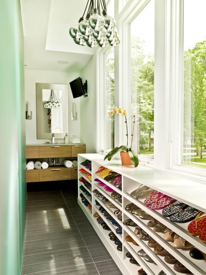 un meuble pour chaussures dans une salle de bain moderne aménagée en longueur